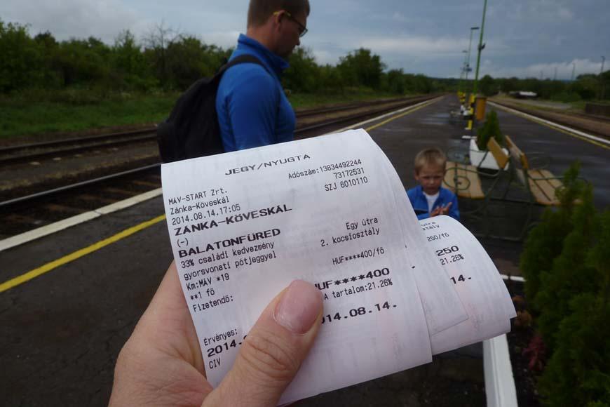 Krzyś pierwszy raz w życiu jechał pociągiem.